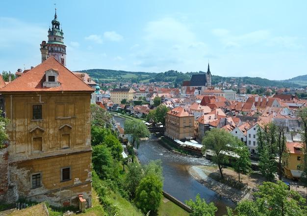 Vue sur le printemps de la ville de cesky krumlov (république tchèque)