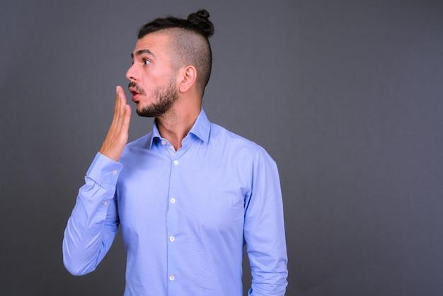 Vue de profil de bel homme d'affaires turc barbu à la choqué