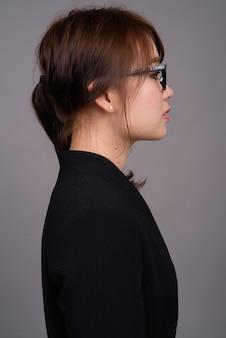 Vue de profil de la belle jeune femme d'affaires asiatique