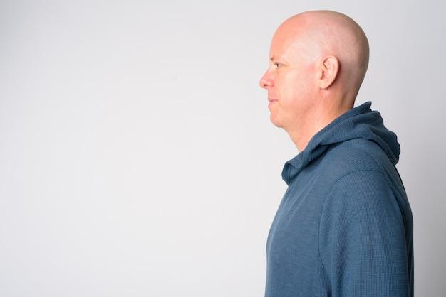 Vue de profil gros plan du beau homme chauve mature