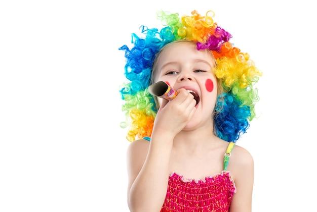Vue de profil de petite fille en perruque de clown