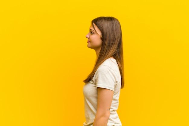 Sur la vue de profil à la recherche de copier l'espace à venir, de penser, d'imaginer ou de rêver