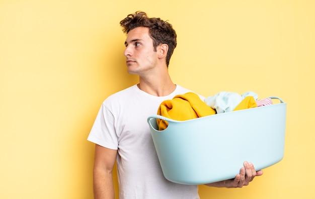 En vue de profil, vous cherchez à copier l'espace devant vous, à penser, à imaginer ou à rêver. concept de lavage de vêtements