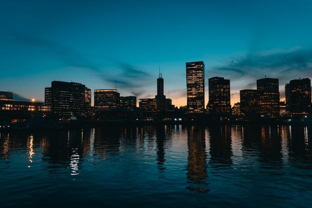 Vue de puerto madero, argentine, ville de buenos aires. heure bleue.