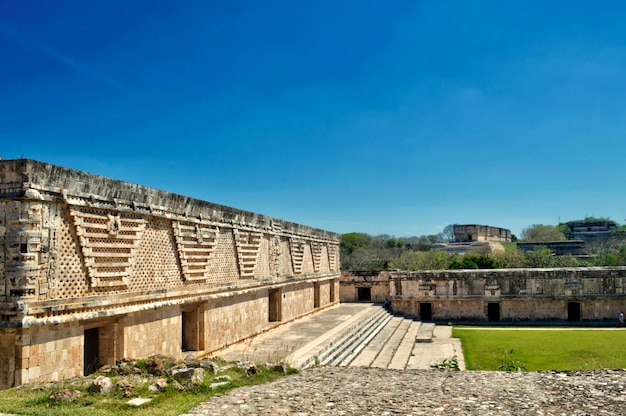 Vue sur le quadrilatère des moniales, dans la zone archéologique d'uxmal, dans la péninsule du yucatan. belle région touristique.