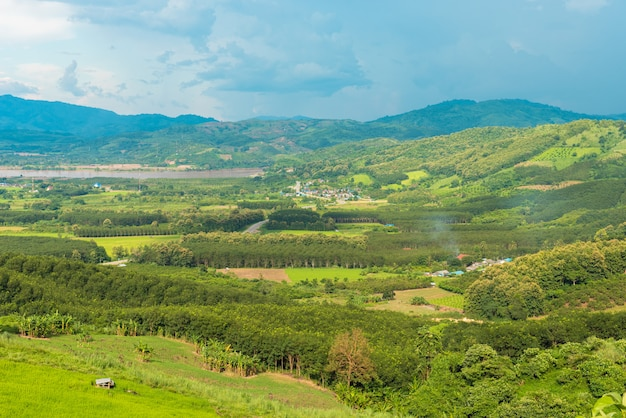 Vue sur le quartier de chiang khong avec la rivière khong et la frontière du laos et la montagne verte et le beau ciel