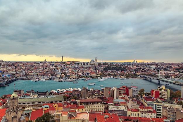 Vue sur le quartier historique d'istanbul et le bosphore. vue de dessus de la tour de galata.