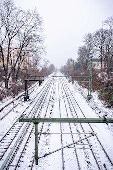 Vue sur les rails dans la neige depuis le pont de hambourg en hiver.