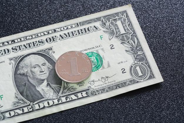 Vue rapprochée de 1 yuan chinois sur un billet d'un dollar américain