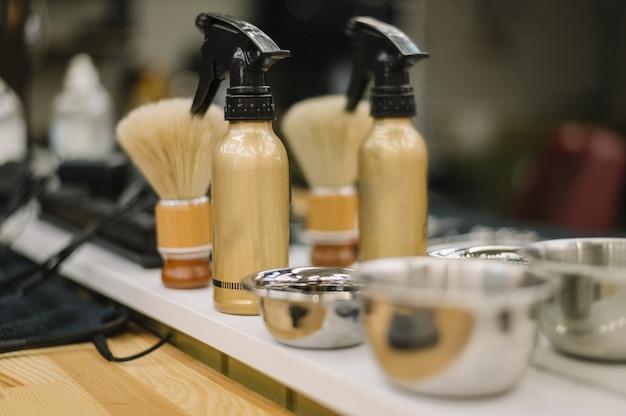Vue rapprochée des accessoires de salon de coiffure