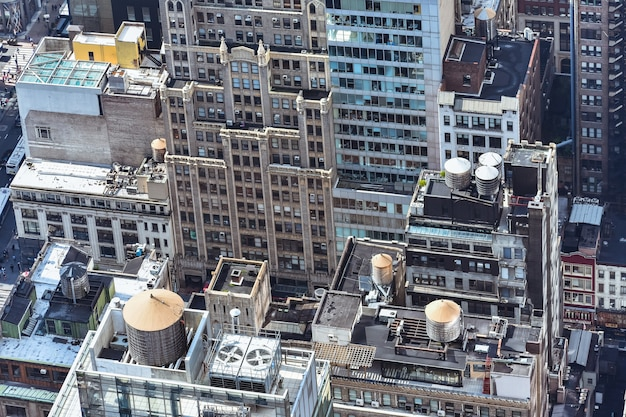Vue rapprochée de l'antenne des bâtiments bondés à new york par une journée ensoleillée. concept de construction, villes bondées et location d'appartements. nyc, états-unis.