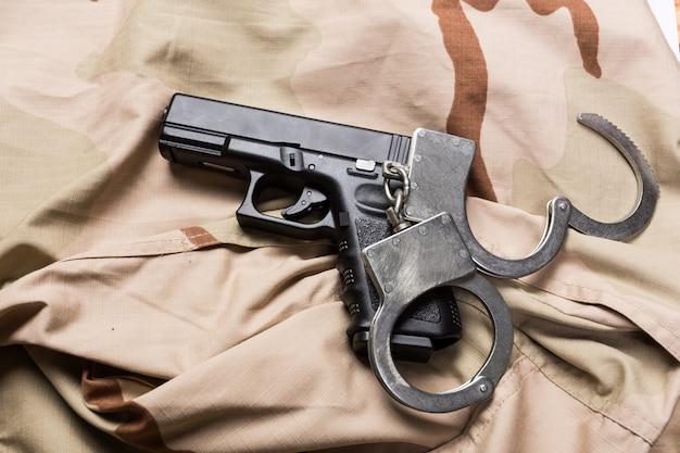 Vue rapprochée de l'arme de poing