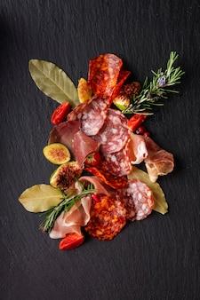 Vue rapprochée de l'arrangement de salami sur hachoir