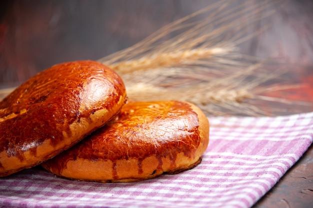 Vue rapprochée avant de délicieuses tartes sucrées sur la tarte de table sombre pâtisserie biscuit gâteau sucré