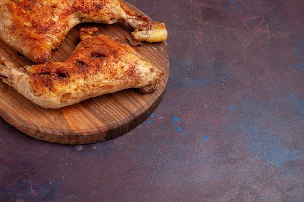 Vue rapprochée avant de délicieux tranches de viande cuite de poulet frit sur un espace sombre