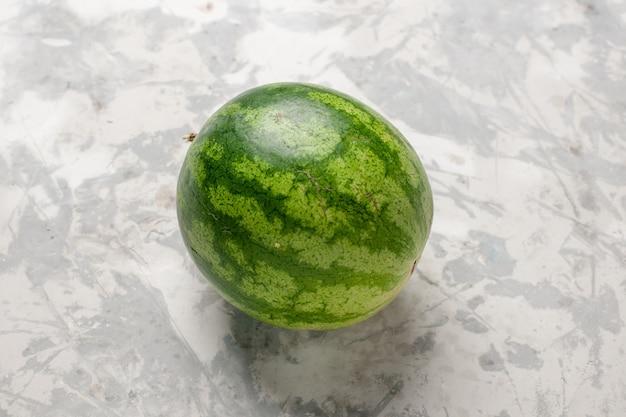 Vue rapprochée avant de fruits entiers de pastèque fraîche sur un espace blanc