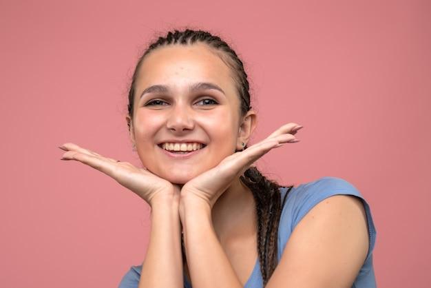 Vue rapprochée avant jeune fille souriante sur rose