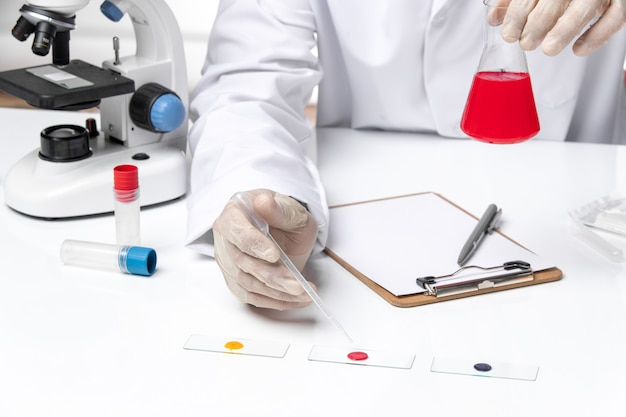 Vue rapprochée avant médecin de sexe masculin en costume médical blanc sur espace blanc