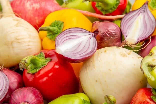 Vue rapprochée de l'avant des poivrons frais sur un légume blanc couleur poivre mûr salade photo vie saine repas