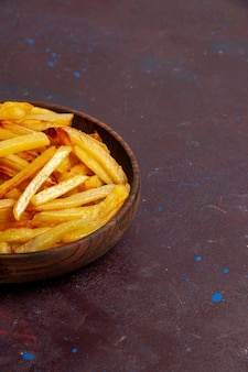 Vue rapprochée avant de pommes de terre frites savoureuses frites à l'intérieur de la plaque sur la surface sombre nourriture repas dîner plat ingrédients pommes de terre