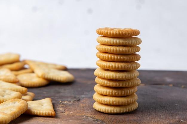 Vue rapprochée avant de savoureuses chips salées sur la surface en bois