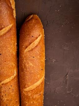 Vue rapprochée des baguettes françaises sur fond marron avec copie espace