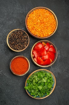 Vue rapprochée des bols de lentilles de lentilles tomates épices herbes poivre noir