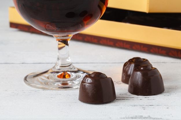 Vue rapprochée de bonbons au chocolat avec praliné