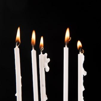 Vue rapprochée de bougies avec arrangement de flamme