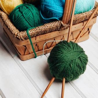 Vue rapprochée des boules de laine dans le panier
