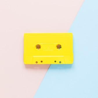 Vue rapprochée de la cassette sur fond rose et bleu