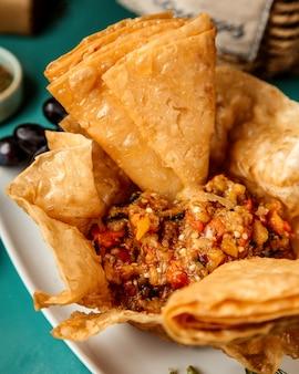 Vue rapprochée de caviar d'aubergine servi avec lavash frit sur plaque