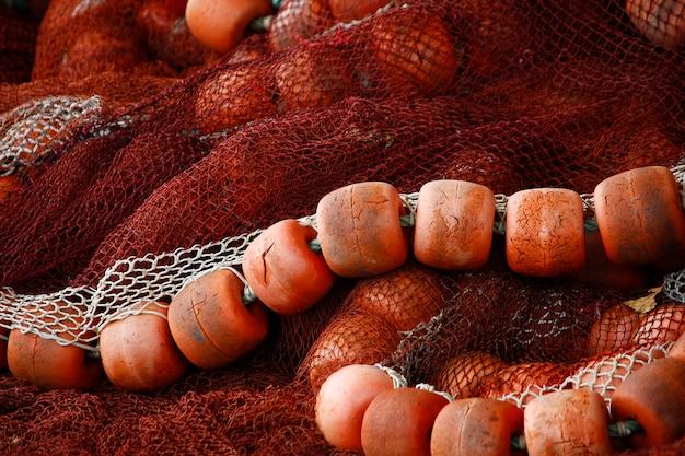 Vue rapprochée de certains engins de pêche, y compris de la ficelle de nylon et des flotteurs.