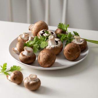 Vue rapprochée de champignons sur assiette
