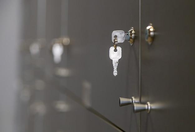 Vue rapprochée d'une clé insérée dans le casier