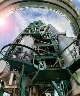 Vue rapprochée d'un complexe de raffinerie désactivé, tour de distillation située à lisbonne, au portugal.