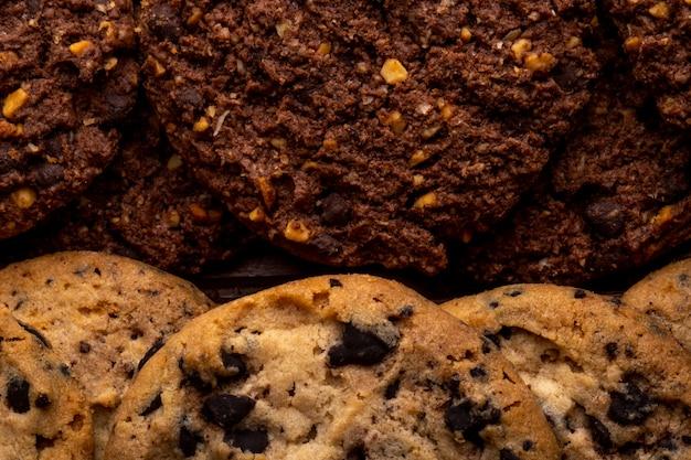 Vue rapprochée de cookies aux pépites de chocolat avec des noix de céréales et du cacao