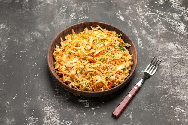 Vue rapprochée de côté chou avec carottes carottes et chou sur la fourchette de la plaque