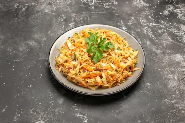 Vue rapprochée de côté chou carottes chou herbes sur la table sombre