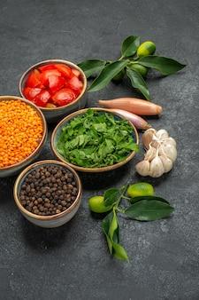 Vue rapprochée de côté épices lentilles épices herbes oignons tomates ail agrumes avec feuilles