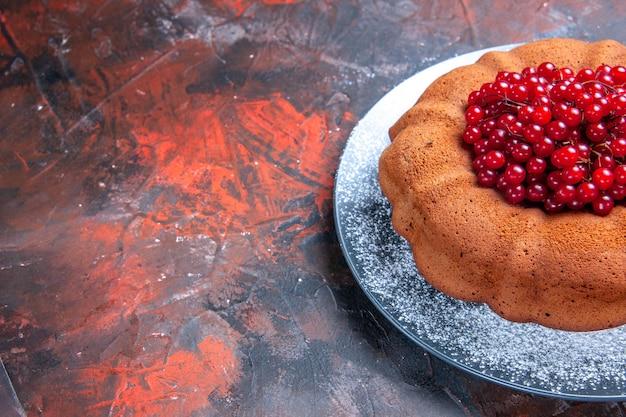 Vue rapprochée de côté gâteau savoureux gâteau savoureux avec des baies sur la plaque grise