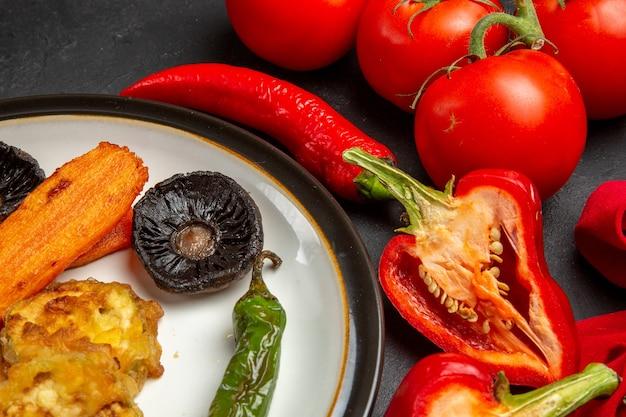 Vue rapprochée de côté légumes légumes rôtis piments forts poivrons tomates