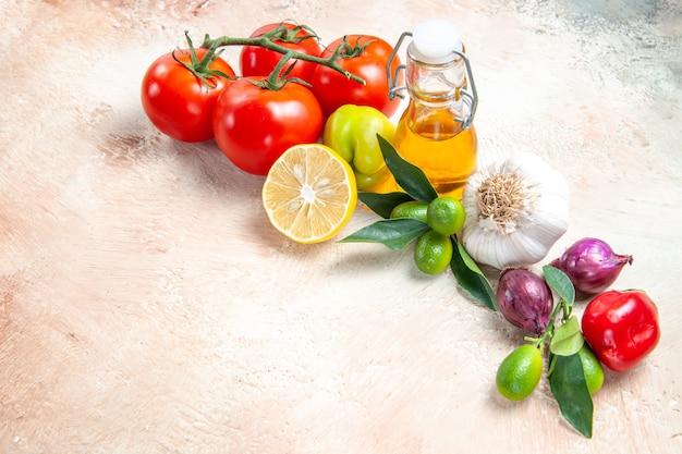 Vue rapprochée de côté légumes oignon ail tomates citron avec pédicelles huile poivron