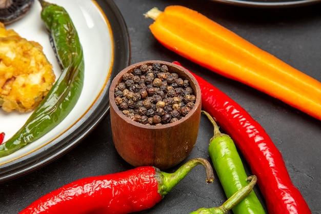 Vue rapprochée de côté légumes poivre noir piments forts légumes rôtis