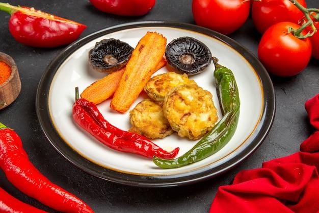 Vue rapprochée de côté légumes rôtis assiette de légumes rôtis tomates poivrons