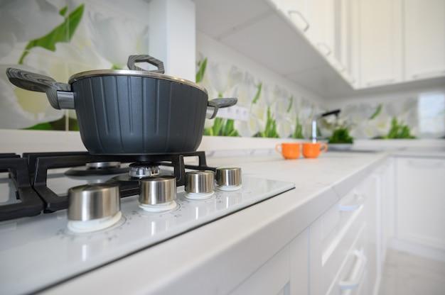 Vue rapprochée de la cuisine luxueuse moderne à la cuisinière à gaz