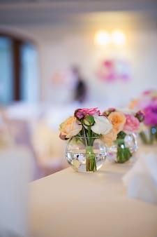 Vue rapprochée des décorations florales de mariage