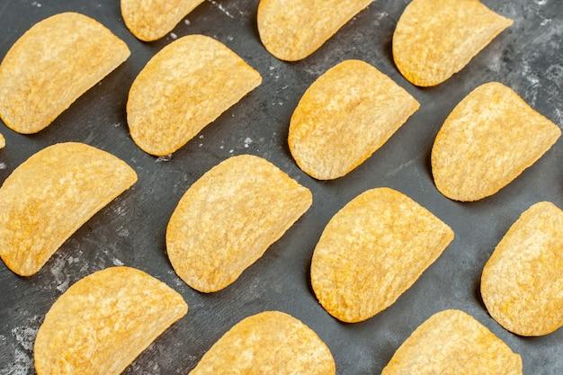 Vue rapprochée de délicieuses frites maison posées sur table grise
