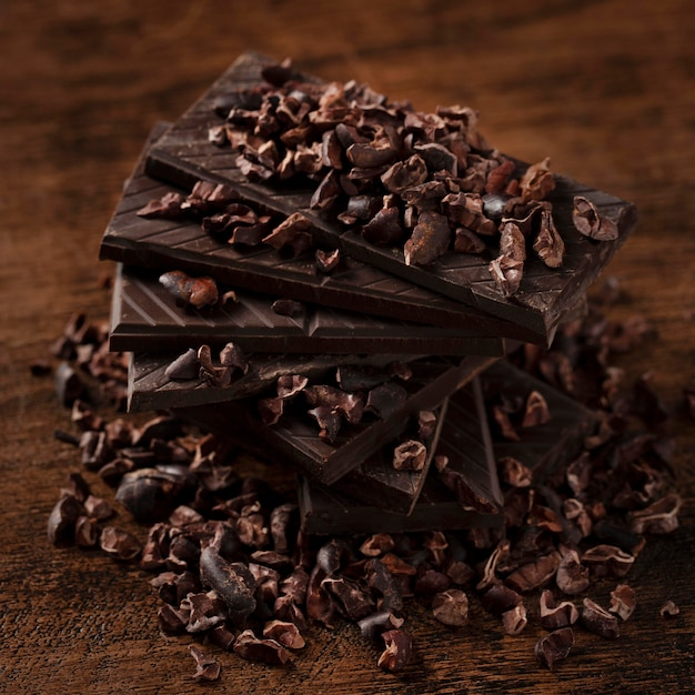 Vue rapprochée de délicieux chocolat sur table en bois