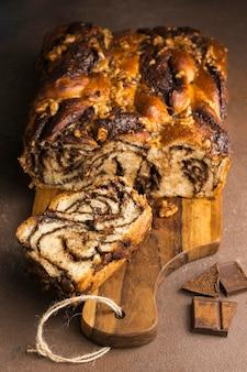 Vue rapprochée de délicieux pain sucré avec café